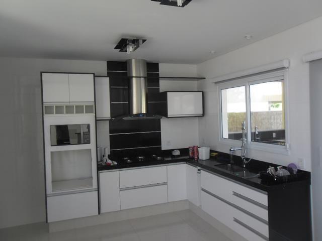 , lavabo, cozinha planejada com armarios e fogão cooktop, sala de